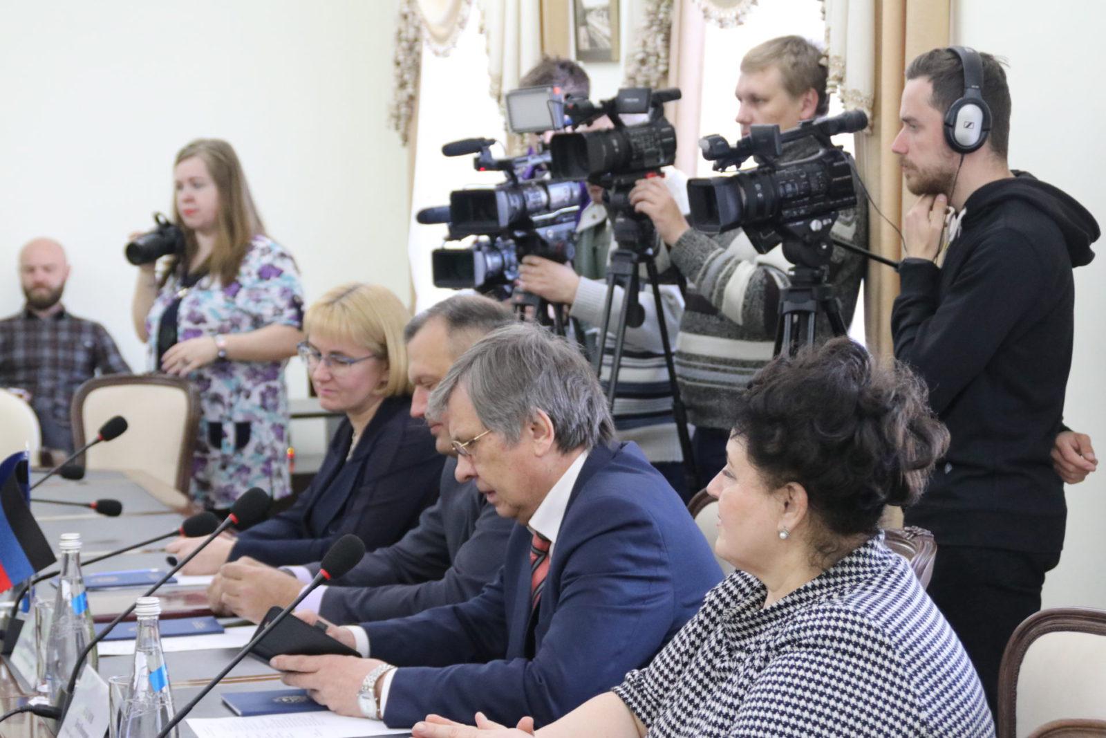 Делегация из Донецка привезла в Симферополь «розы мира»